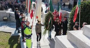 I ragazzi depongono una corona d'alloro al monumento ai caduti