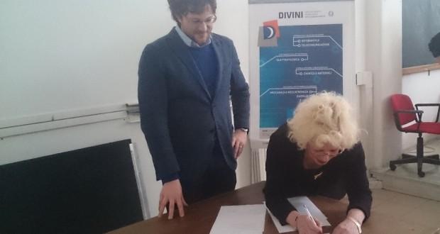La firma del protocollo d'intesa da parte della dirigente scolastica dell'Itis, Rita Traversi