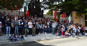 """Monumento alla Resistenza pieno di giovani per il """"25 Aprile"""""""