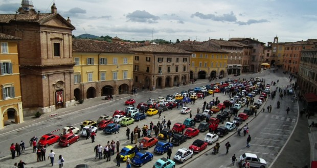 In piazza il raduno delle Fiat 500