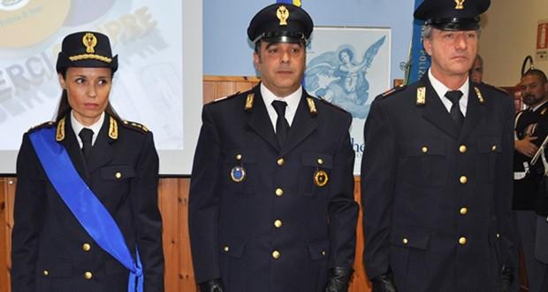 L'assistente capo Mario Rocci (a destra) al momento della consegna dell'Encomio