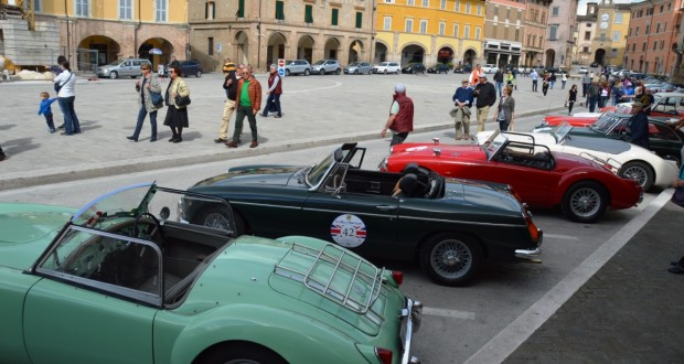 Le auto MG in Piazza del Popolo