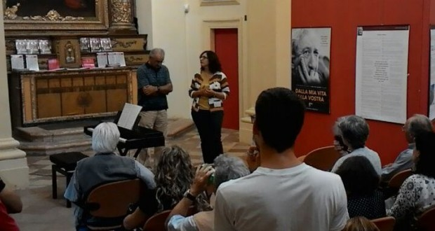 Angelo Cantenne, presidente del Circolo, e l'assessore Simona Gregori all'inaugurazione della mostra
