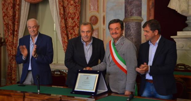 La consegna della targa a Fabrizio Castori