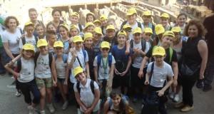 Alunni al Colosseo con le loro insegnanti