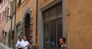 Il sindaco scopre la lapide in via Battisti