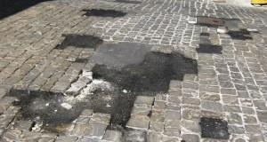 Sanpietrini rattoppati con l'asfalto