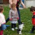 Bambini giocano con il loro coniglietto nel cortile dell'asilo