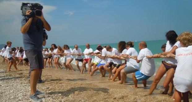 Uno dei giochi in spiaggia: il tiro alla fune
