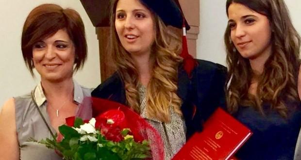 La neo dottoressa Cristina Pierandrei assieme alla mamma e alla sorella