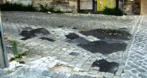 Sanpietrini rattoppati in un angolo del centro storico