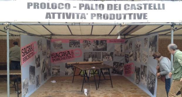 L'allestimento dello stand dei promotori in Piazza del Popolo
