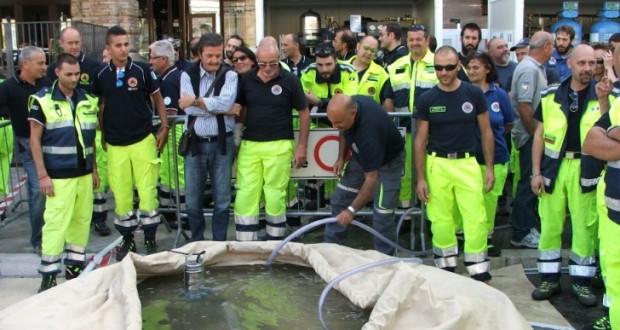 Volontari impegnati nell'utilizzo di idrovore