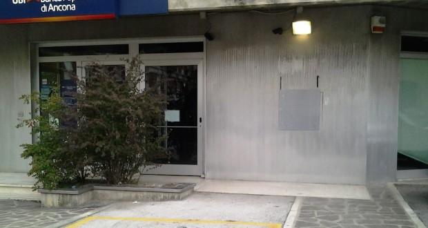 Lo sportello del bancomat della Popolare di Ancona: il giorno dopo