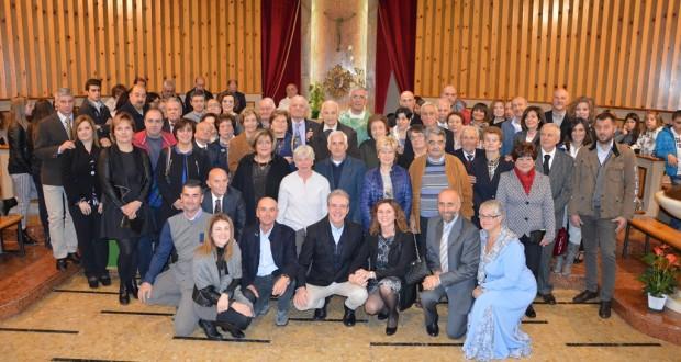 La foto di gruppo con il parroco