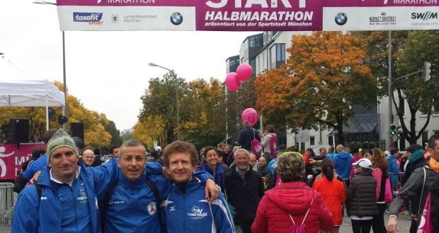 Mitillo (il primo da destra) al via della Mezza maratona di Monaco