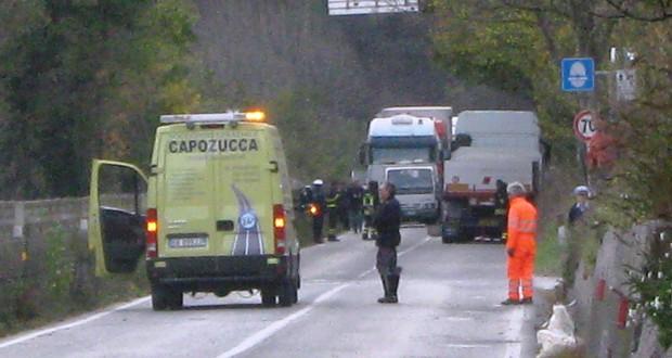 Il luogo dell'incidente: a destra il Tir con cui si è scontrata l'utilitaria di Maccari