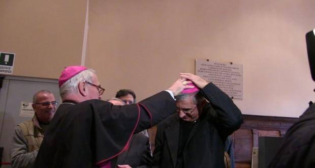 """La consegna dello """"zucchetto"""" da parte del vescovo Brugnaro"""