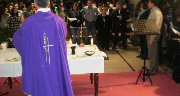 Un momento della messa celebrata a scuola da mons. Antonio Napolioni