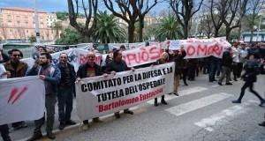 Un momento della manifestazione di protesta in Ancona davanti al Consiglio regionale