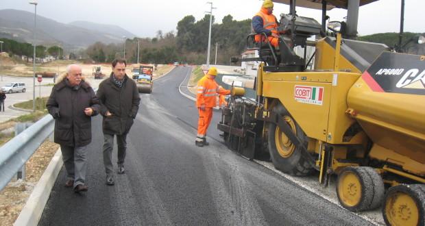 Il sopralluogo di Pettinari e Mecozzi durante l'asfaltatura