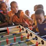 Bambini che giocano a biliardino