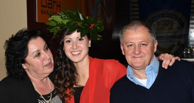 La neolaureata Agnese Zacconi con i suoi genitori