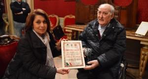 Il Prefetto Preziotti consegna l'onorificenza a Gabriele Montedoro