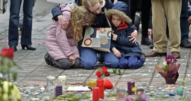 """Lacrime e preghiere dopo gli attentati terroristici nel """"cuore"""" dell'Europa"""