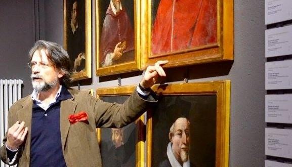 L'architetto Luca Maria Cristini illustra alcune opere esposte