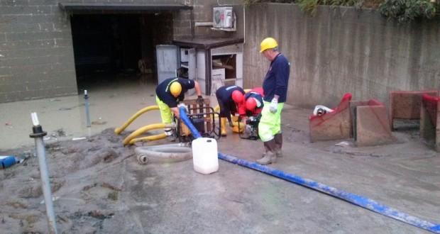 Volontari impegnati con l'idrovora