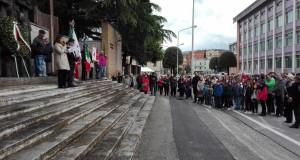 Un momento della cerimonia davanti al monumento dedicato alla Resistenza