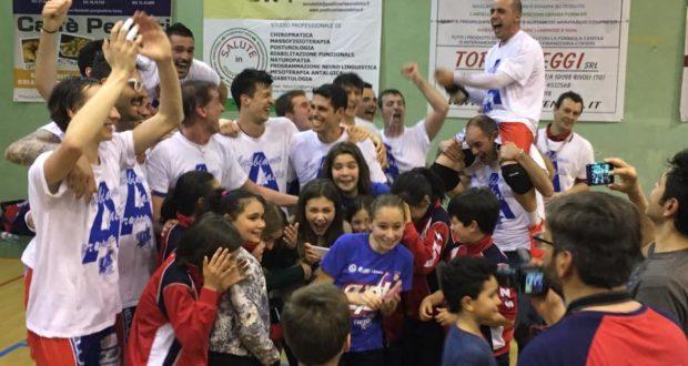 Lorenzo Smerilli festeggia la vittoria del campionato assieme a compagni di squadra e tifosi