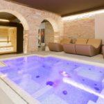Vasca idromassaggio e sauna nella SPA