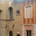 Un angolo dell'antica facciata principale del palazzo, che oggi dà sul cortile interno (il cui portone si trova in via Massarelli)