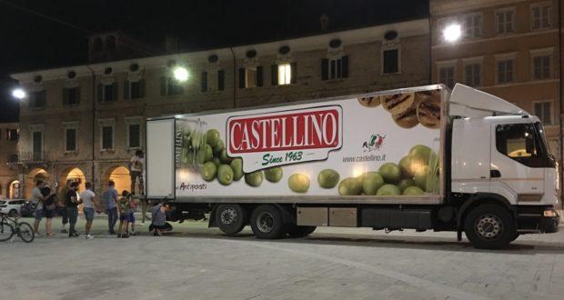 Il camion arrivato ieri sera in piazza