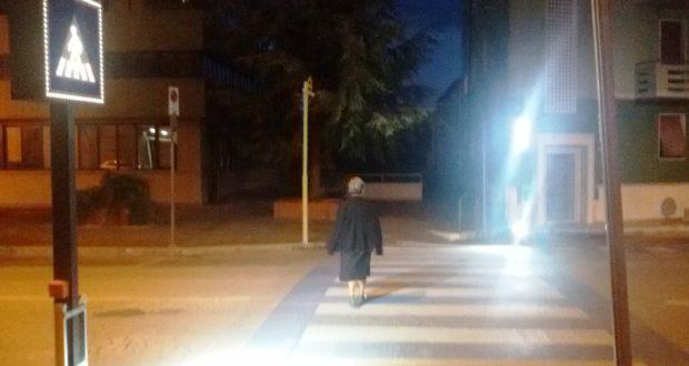 Il nuovo attraversamento pedonale illuminato in viale Mazzini