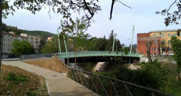 """Uno scorcio del rione Di Contro con il nuovo ponte sul Potenza e le scuole """"Luzio"""""""