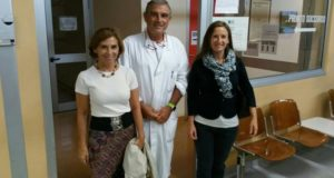 Il dottor Maurizio Lucarelli assieme ad Elena Leonardi (a destra) durante la visita in ospedale