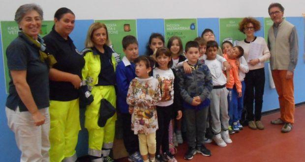 Volontari e insegnanti alla scuola di Cesolo (foto d'archivio)