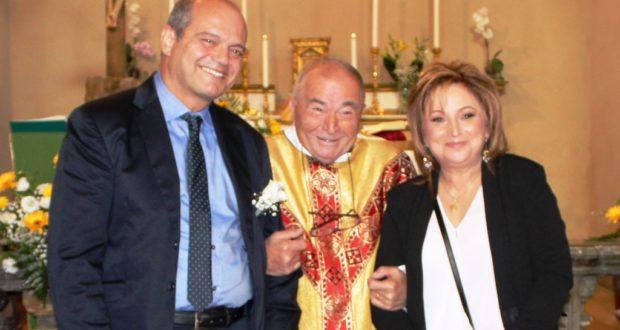 Pietro e Maria Gabriella assieme al parroco don Pacifico Marinà