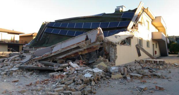 Capannone commerciale crollato per il sisma