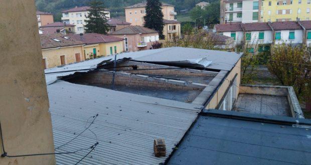 Il tetto della palestra scoperchiato dal vento