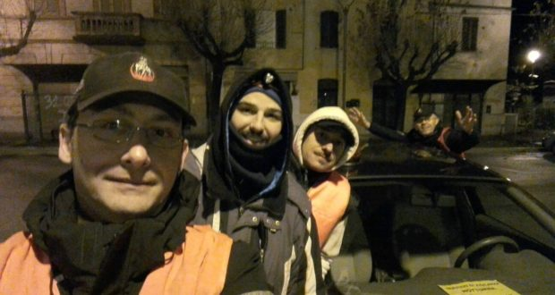Un gruppo di volontari nei pressi della stazione ferroviaria