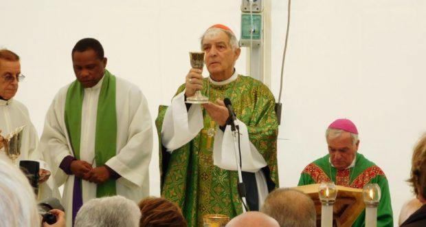 Il cardinal Menichelli nel tendone con i terremotati
