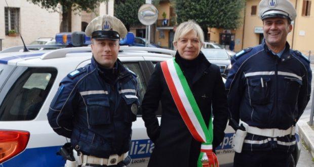 L'ispettore capo Stefano Sassi e l'agente scelto Matteo Pio Impagnatiello con il sindaco Rosa Piermattei