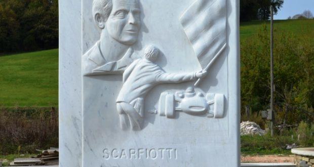 La stele dedicata a Scarfiotti
