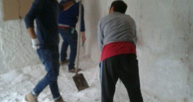 Emanuele Rocci al lavoro nella Grotta del sale