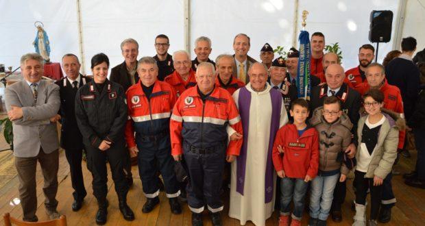 Don Aldo Romagnoli con i rappresentanti dell'Arma dei Carabinieri