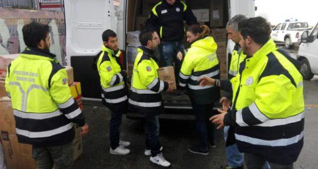 I volontari della Protezione civile di Ferentino al palasport di San Severino scaricano i beni di prima necessità